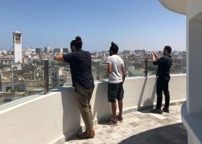 Visiteurs contemplant Casablanca depuis H2/61.26